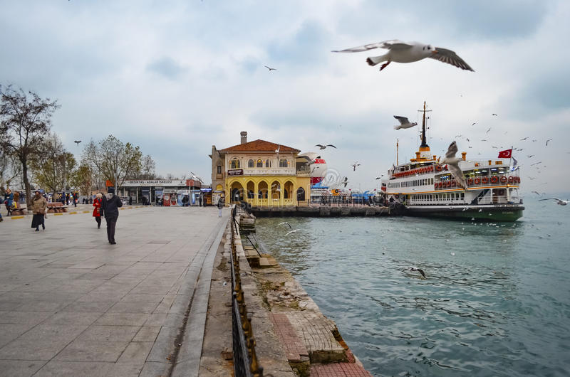 Balsas no cais de Istambul, de Kadikoy e no quadrado imagens de stock royalty free