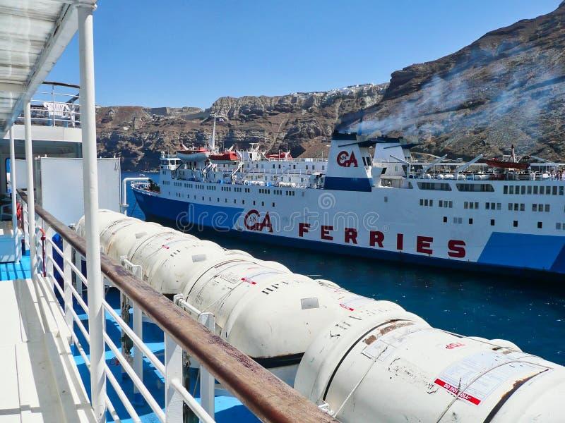 Balsas salvavidas dobladas en el transbordador griego, Santorini, Grecia fotos de archivo libres de regalías