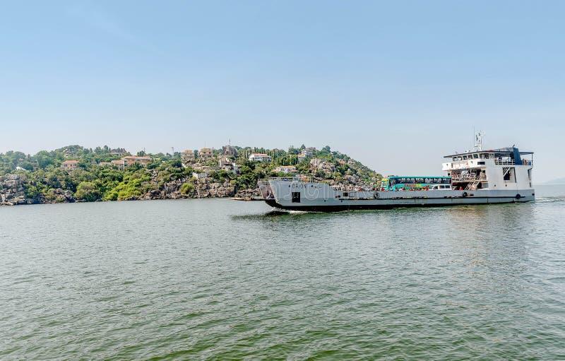 Balsee con los coches y la gente que pasan por Mwanza en el lago Victoria, imagen de archivo libre de regalías