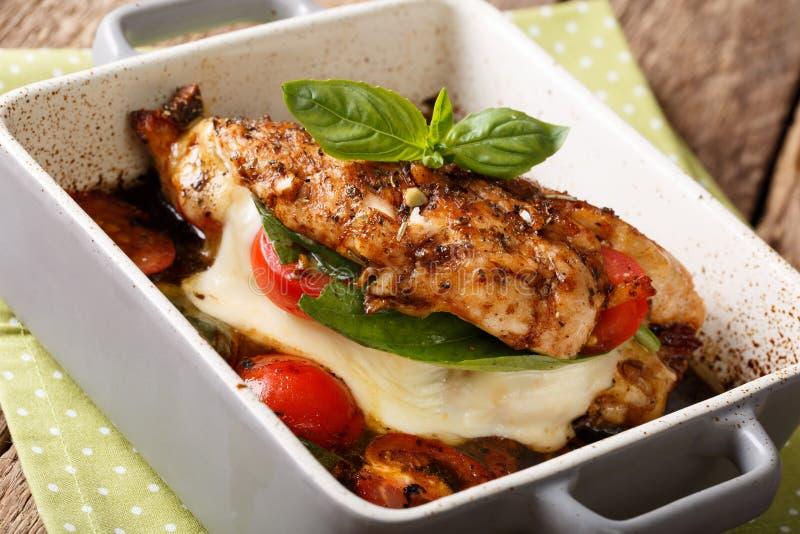 Balsemieke die kippenfilet met mozarella, basilicum wordt gebakken en tomatoe royalty-vrije stock afbeelding