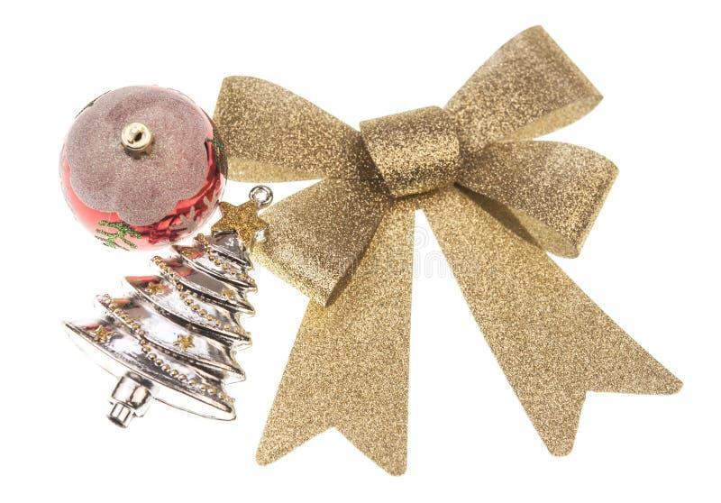 balsl de Noël avec l'arc de ruban d'or sur le fond blanc images libres de droits