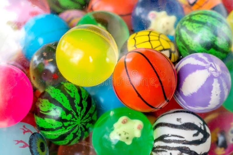 Balspeelgoed en pop in bal stock foto