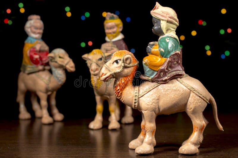 Balthazar μπροστά από άλλους μάγοι αρχαίο σύνολο σκηνής nativity ειδωλίων Παραδόσεις Χριστουγέννων στοκ φωτογραφία