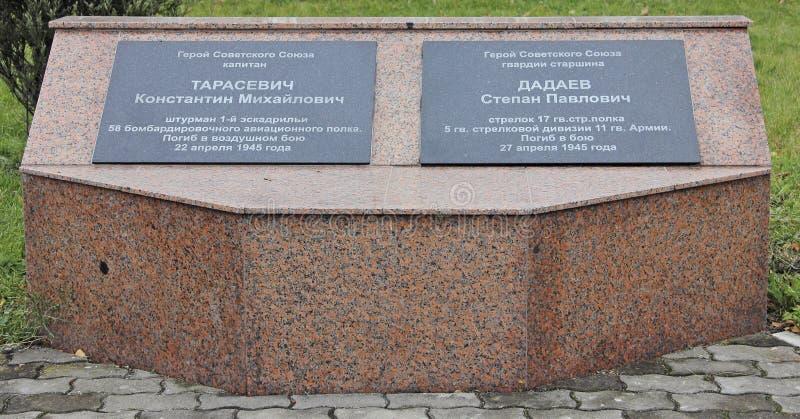 Baltijsk, Ryssland - den 19 november 2016:Plaque to the Heroes of the Sovjetunionen Tarasevich Konstantin Mikhailovich and Dada fotografering för bildbyråer