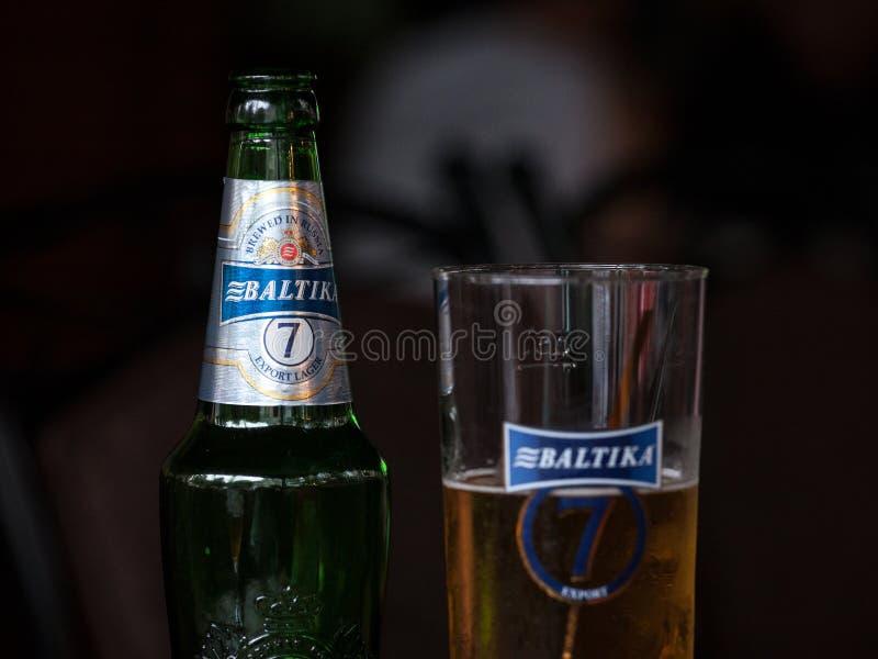Baltika 7 logo dalej na piwnej butelce Baltika 7 jest lekkim lager, eksporta styl, warzący w Rosja i symbolu Rosyjski piwo, fotografia stock