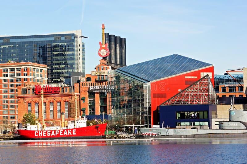 Baltimora, U.S.A. - 31 gennaio 2014: La nave faro del Chesapeake ed il sottomarino del Torsk sono attraccati davanti all'acquario fotografia stock