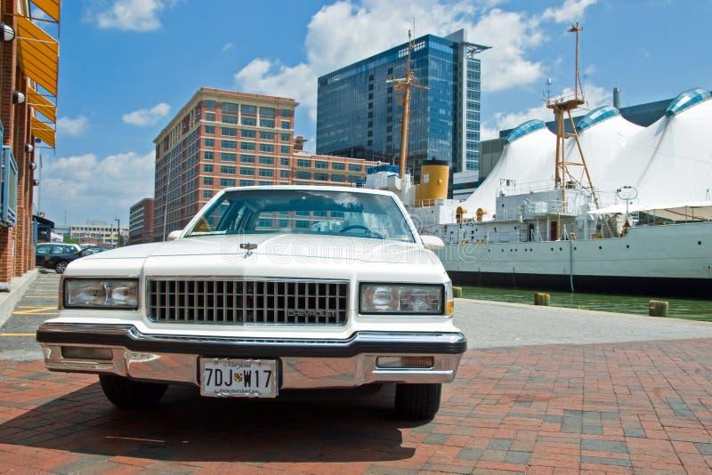 baltimore chevrolet gammal parkerad tappning arkivbilder