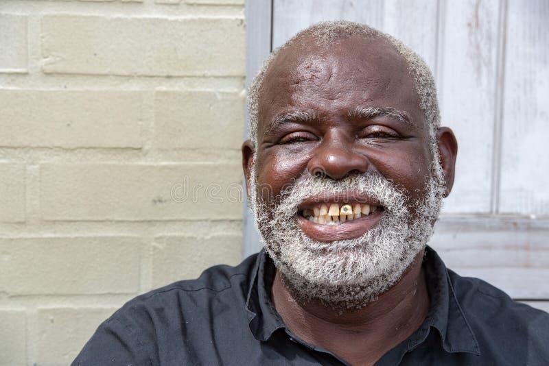 BALTIMORE, de V.S. - 21 JUNI 2016 - een zwarte oude dakloze mens in Baltimore stock afbeelding