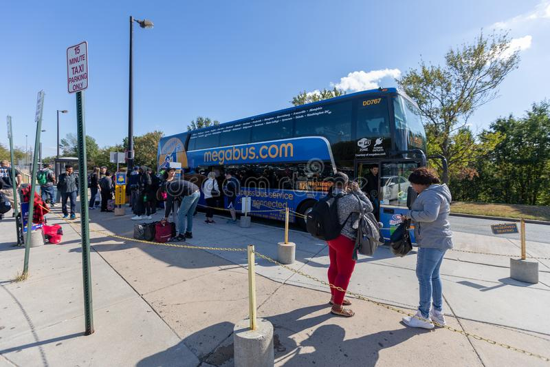 BALTIMORE, MARYLAND - 05 DE OCTUBRE DE 2019: Parada de Baltimore Megabus y los pasajeros empezaron a desembarcar Maryland foto de archivo libre de regalías