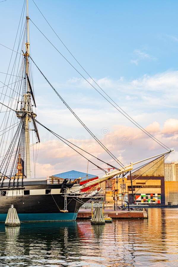 Baltimore, Maryland, VS - 4 september 2019 View of Baltimore Harbour with USS Constellation Ship and office building royalty-vrije stock foto's