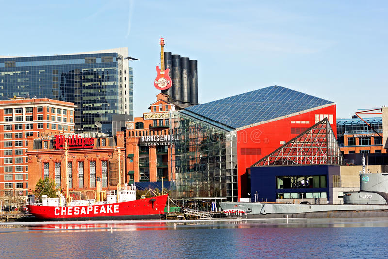 Baltimore, usa - Styczeń 31, 2014: Chesapeake latarniowiec i brozmy łódź podwodna cumujemy przed Krajowym akwarium o fotografia stock