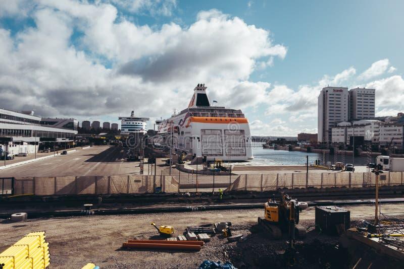 Baltische Koningin en Silja Serenade bij haven in Värtan op een zonnige dag met bouwwerkzaamheid royalty-vrije stock fotografie
