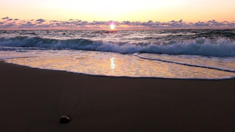 Baltische stormachtige overzees bij zonsondergang op winderige dag stock afbeelding