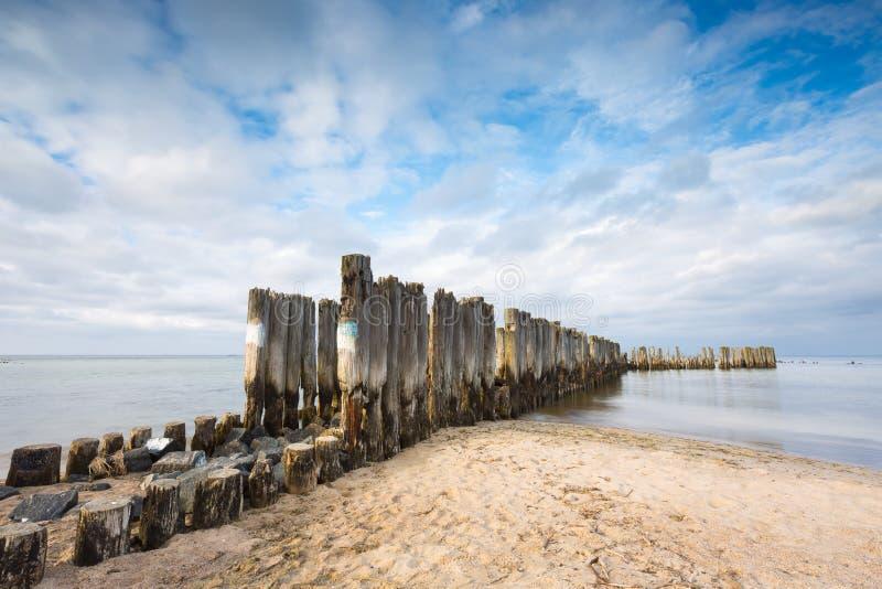 Baltische zandige kust met oude militaire gebouwen van Wereldoorlog II royalty-vrije stock foto