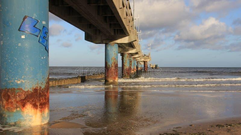 Baltische Zeekust met Lange Brug stock afbeelding