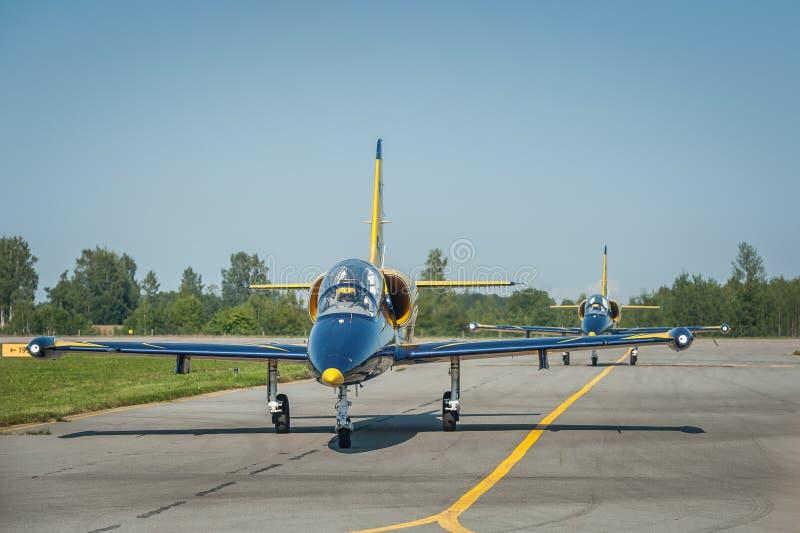 Baltiskt bilagflygplan att sitta på landningsbanan under landningen royaltyfri bild