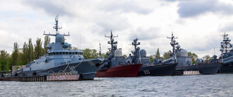 Baltiysk Russland 04 05 2019 baltische Flotten-Kriegsschiffe am Pier stockfotos