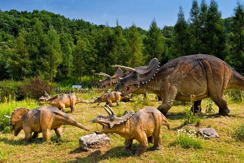 Baltow, Polonia - 2 agosto 2017: Modelli realistici dei dinosauri naturale di taglia in Jurassic Park in Baltow fotografia stock