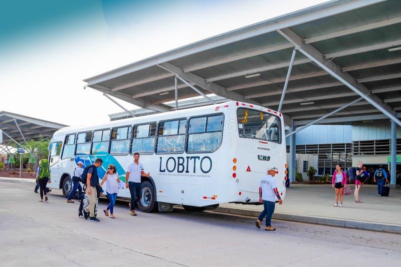 BALTRA EKWADOR, LISTOPAD, - 11, 2018: Autobus czeka ładować turystów przyjeżdża Baltra lotnisko główny jeden obrazy stock