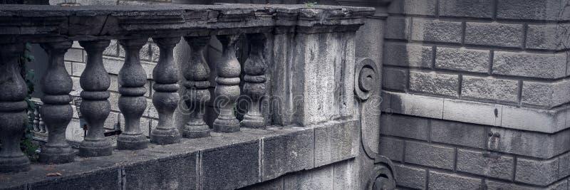 Baluster gjorde av stenen på den gamla historiska trappuppgången fotografering för bildbyråer