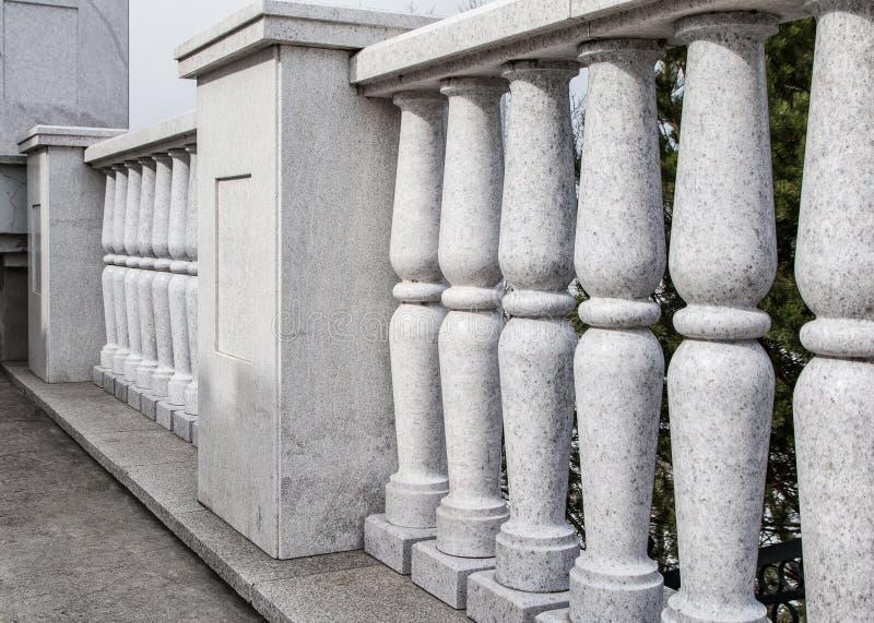 Balustrad från grå granit Best?ndsdelar av stadsarkitektur Klassisk arkitektur royaltyfria foton