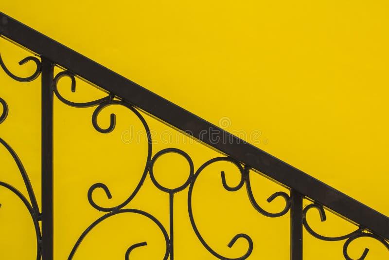 Balustrade contre le contexte du bel art jaune image libre de droits