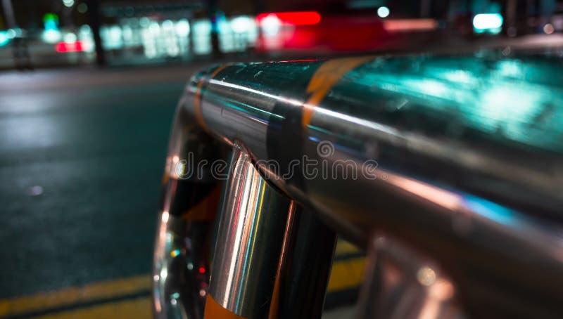 Balustrade en acier humide près de voie urbaine photographie stock libre de droits