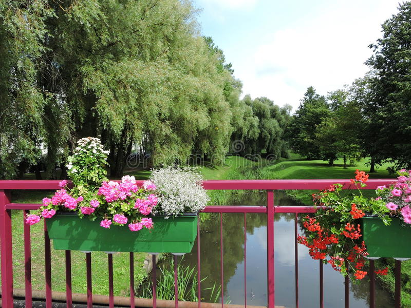 Download Balustrade Et Fleurs De Pont Photo stock - Image du centrale, texture: 77156856