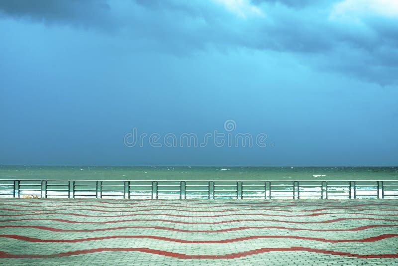 Balustrade et terrasse vide donnant sur la mer image stock