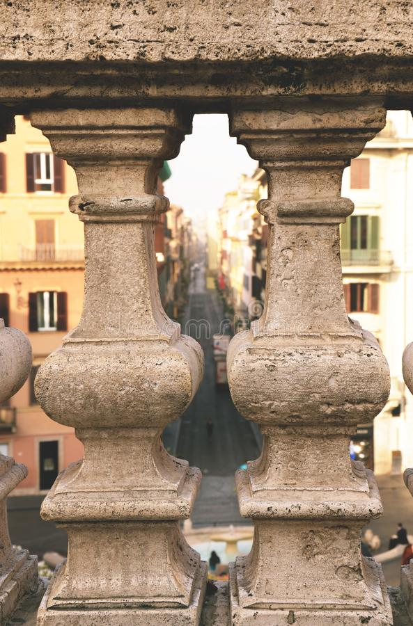 Balustres en pierre avec la rue brouillée à l'arrière-plan photos stock