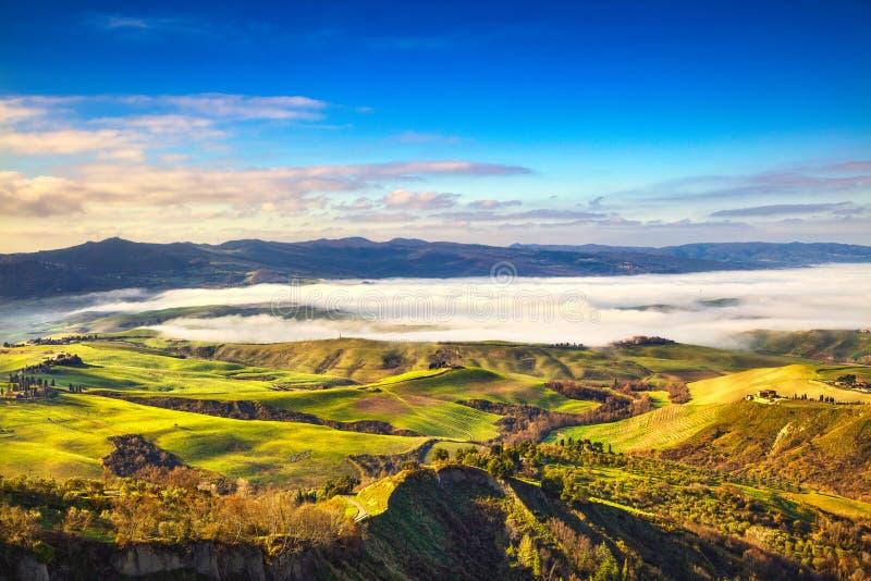 Balze del panorama de niebla de la mañana de Volterra, de tierras de labrantío y del fi verde imágenes de archivo libres de regalías