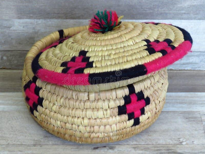 Bambù/Cane Basket/scatola tessuti fatti a mano bei con gli elementi di lana Colourful immagine stock libera da diritti