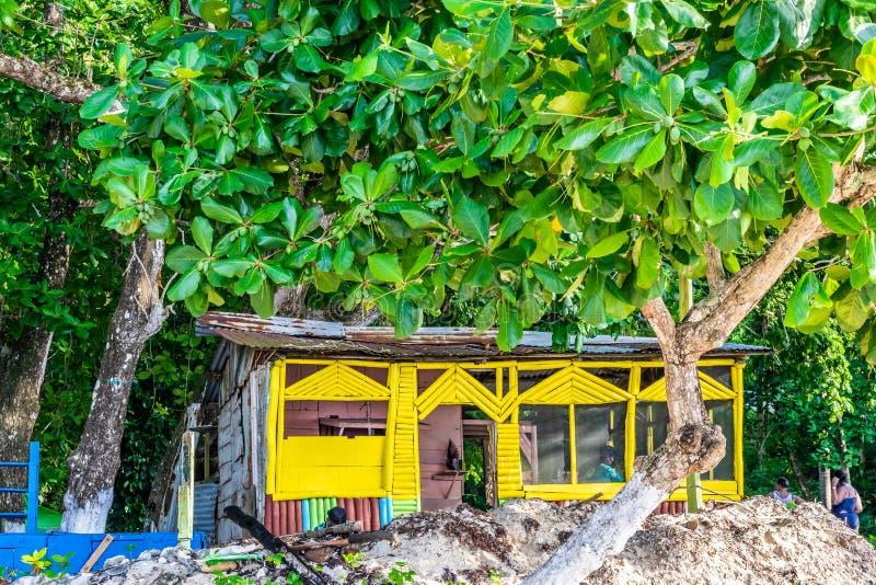 Bambù del venditore/legno/cuoco all'aperto tradizionali Shop del bordo con il tetto dello zinco sulla spiaggia di Winnifred a Por immagini stock libere da diritti