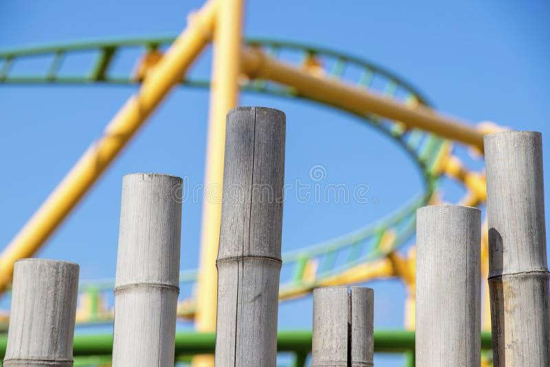 Bambù marrone chiaro e cielo blu ferroviario giallo verde fotografia stock