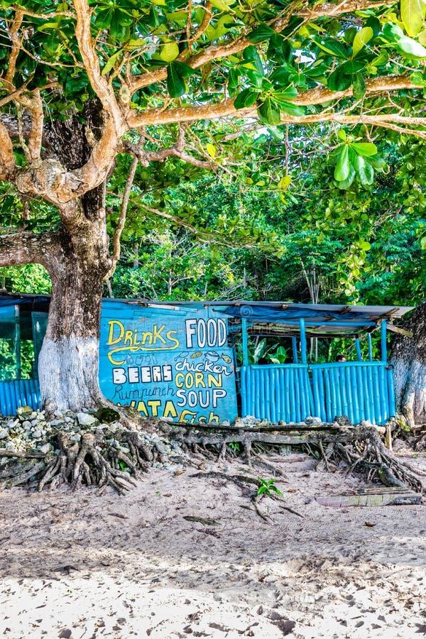 Bambú del vendedor/madera/cocinero al aire libre tradicionales Shop del tablero con el tejado del cinc en la playa de Winnifred e fotos de archivo libres de regalías