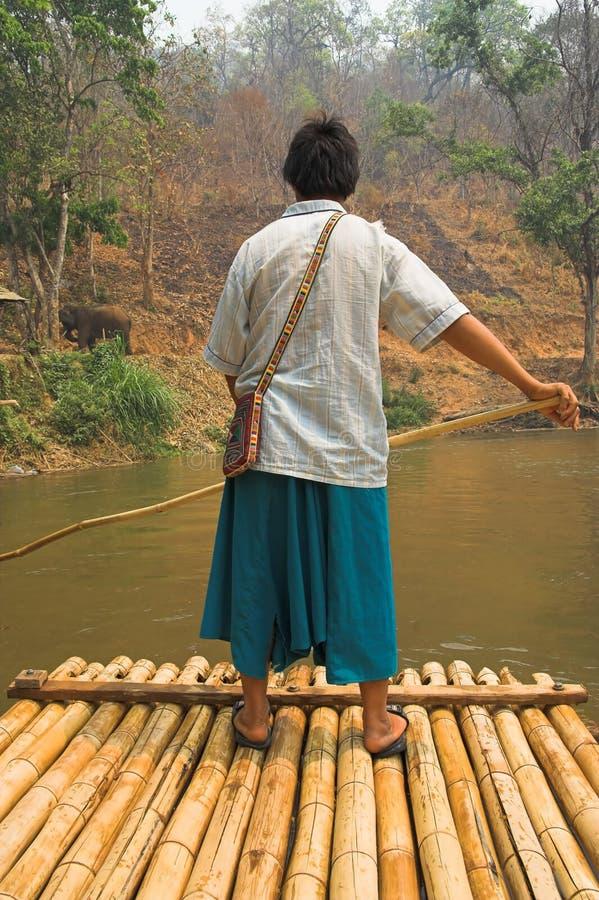 Bambú que transporta en balsa en el río imagen de archivo libre de regalías