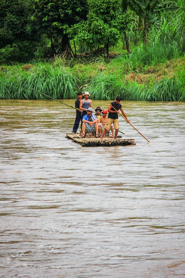 Bambú que transporta en balsa en el río imagen de archivo