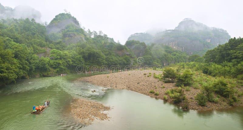 Bambú que transporta en balsa en el río de la montaña fotografía de archivo libre de regalías
