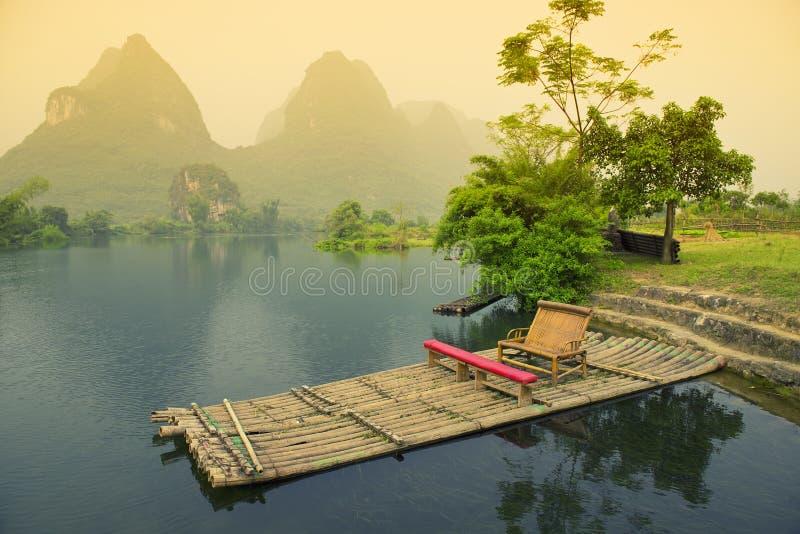Bambú que transporta en balsa en el río, Yangshou foto de archivo