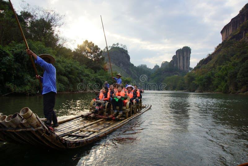 Bambú que transporta en balsa en las montañas de Wuyishan, China foto de archivo