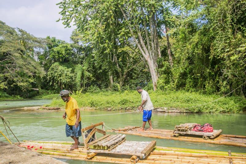 Bambú que transporta en balsa en Martha Brae River en Jamaica foto de archivo libre de regalías