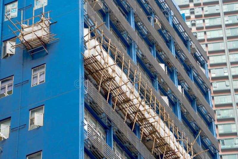 Bambú usado como andamio en un edificio moderno de Hong Kong fotografía de archivo libre de regalías