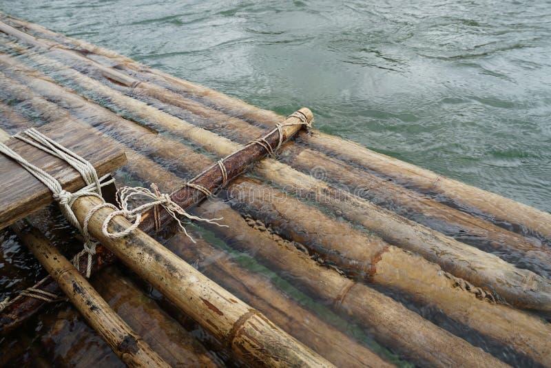 Bamb? que transporta en balsa en el r?o imagenes de archivo