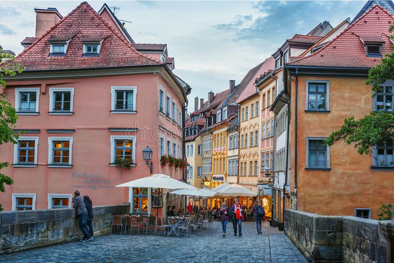 Bamberg, Alemania 21 de junio de 2015: Tarde del verano en la ciudad de centro histórica baviera imágenes de archivo libres de regalías