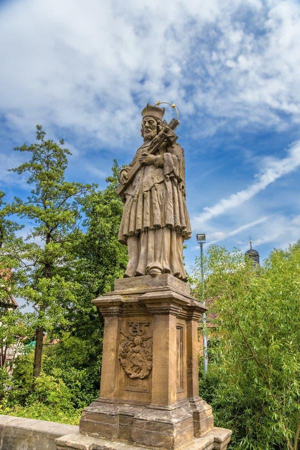 Bamberg, Allemagne Statue de St John de Nepomuk sur le pont supérieur photo libre de droits