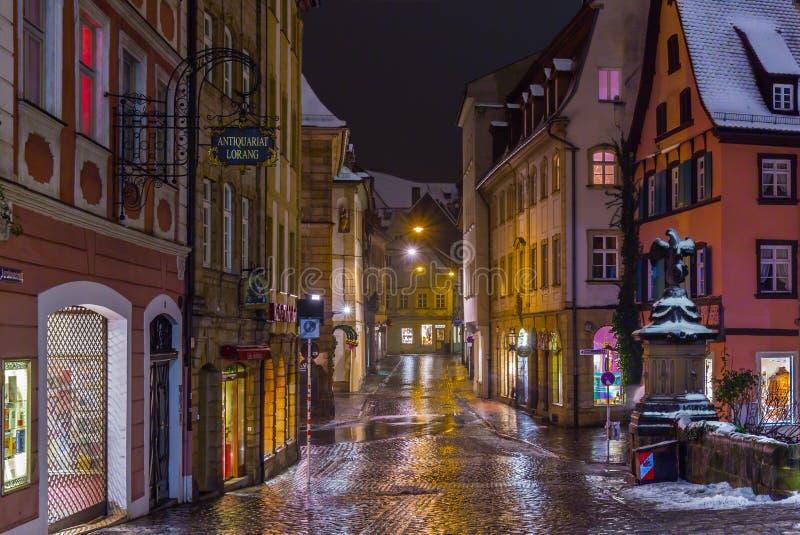 Bamberg Tyskland - snöig nattcityscape arkivfoto