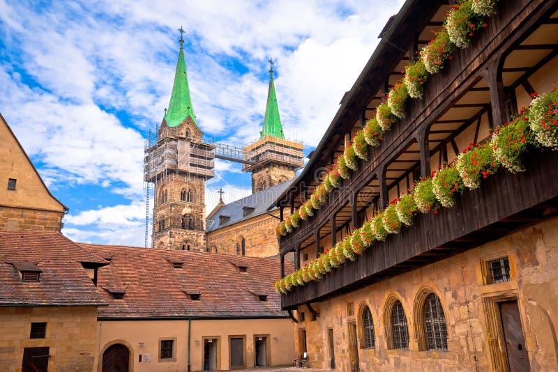 Bamberger Dom eller Bambergs katedraltorn och gator i den gamla stadsvyn arkivbilder