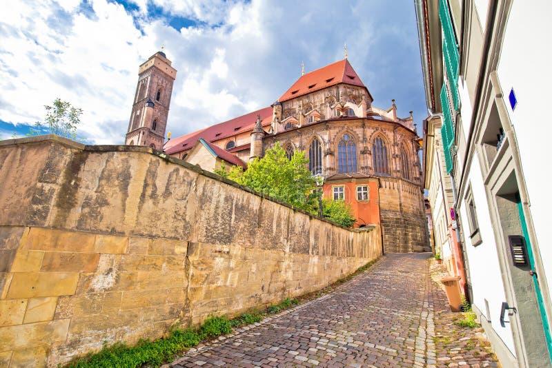 Bamberger Dom eller katedraltorn i kyrkan och gator i den gamla stadsvyn arkivfoto