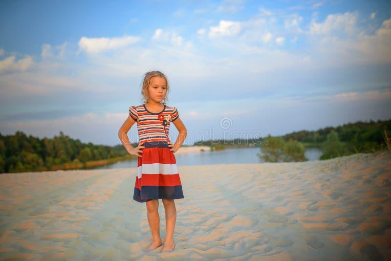 Bambina abbastanza premurosa fotografie stock