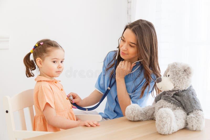 Bambina ad un appuntamento del ` s del pediatra immagine stock libera da diritti